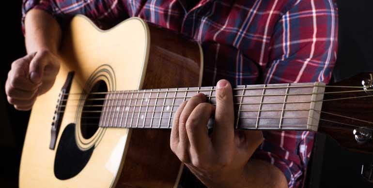 Tu primera guitarra acústica: claves para elegir bien