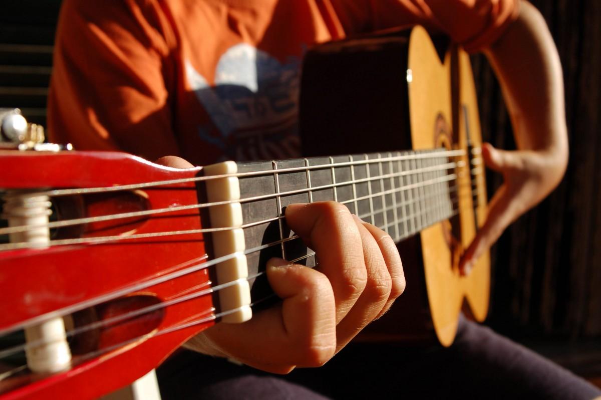 Lo que debes saber de las guitarras para zurdos